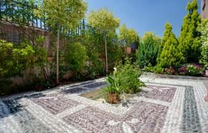 jardin con adoquines